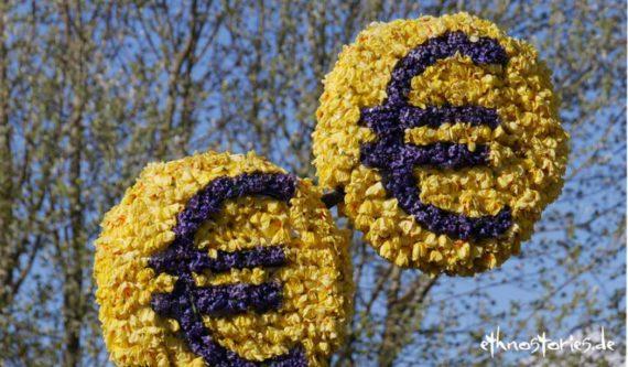 Einfach mit Märchenerzählen Geld verdienen   Das Bild zeigt zwei Eurozeichen aus frischen Blüten gemacht