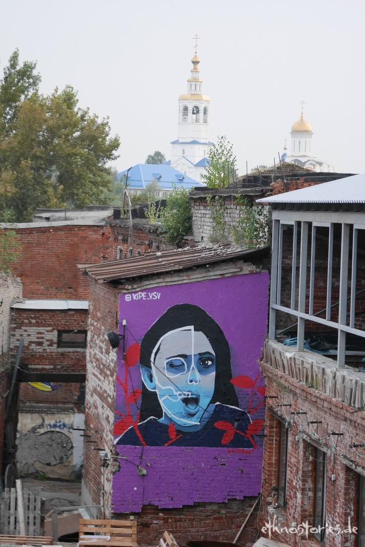 Im Innenhof mit Street Art, im Künstlerzentrum Alafuzov Loft