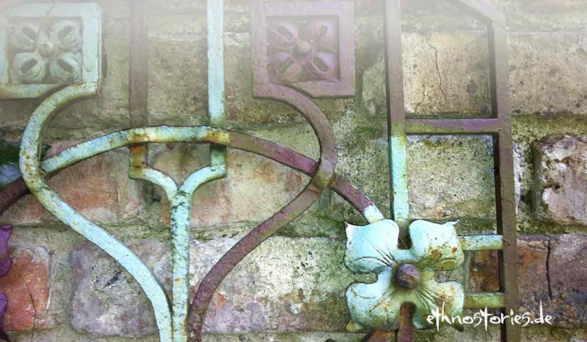 Altes Tor aus Schmiedeeisen mit schillernder Patina - Artikelfoto: Bist du neu hier im Blog Ethnostories?