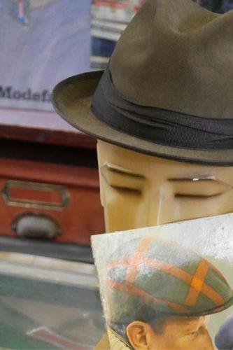 Stilleben mit Hut im Tante Emma Laden, Freilichtmuseum Neuhausen ob Eck - Artikelfoto: Erinnern, Zeitreise in die Vergangenheit