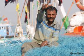 Ein Fischer sitzt inmitten seiner himmelblauen Netze, Gujarat, Indien - Beitragsfoto: Ideen finden - 7 Tipps für mehr Kreativität und Einfälle