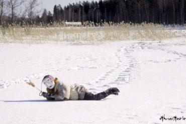 Maskenwesen im Schnee - Beitragsfoto: Die Sauna in Finnland und ihr Schutzgeist - Der Saunatonttu