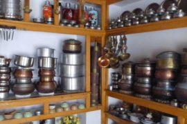 Blick in eine traditionelle Küche mit Kochtöpfen aus Kupfer und Messing, Ladakh, Indien - Beitragsfoto: Märchen erzählen