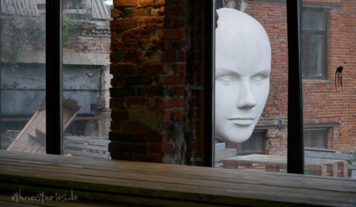 Riesige weiße Maske im Künstlerzentrum Alafuzov Loft in Kasan (Tatarstan)