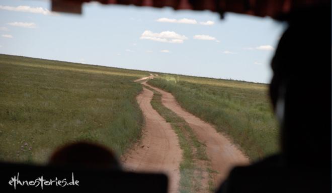 Blick aus dem Auto beim Reisen durch die  mongolischeSteppe