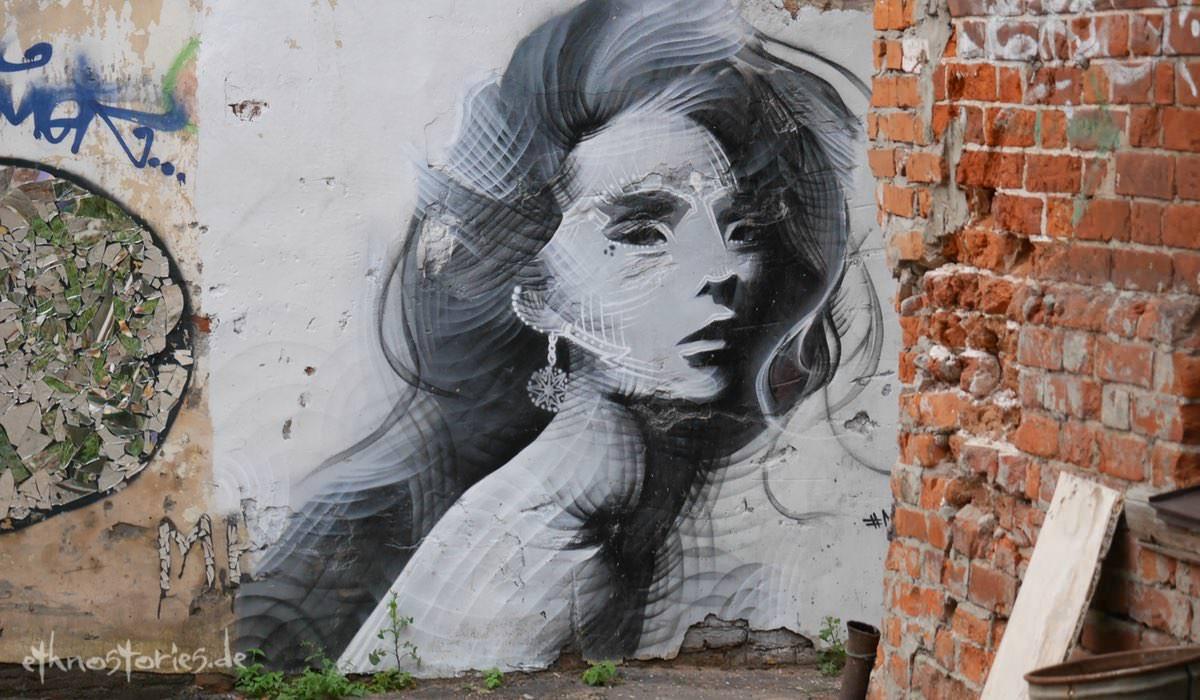 Malerei im Künstlerzentrum Alafuzov Loft in Kasan (Tatarstan)