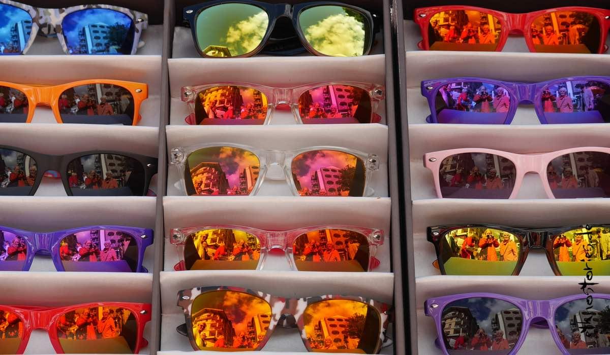 Verspiegelte Sonnenbrillen in mehreren Farben, mit Reflexionen - Beitragsfoto: Um die Ecke denken - Ideen finden und die Kreativität