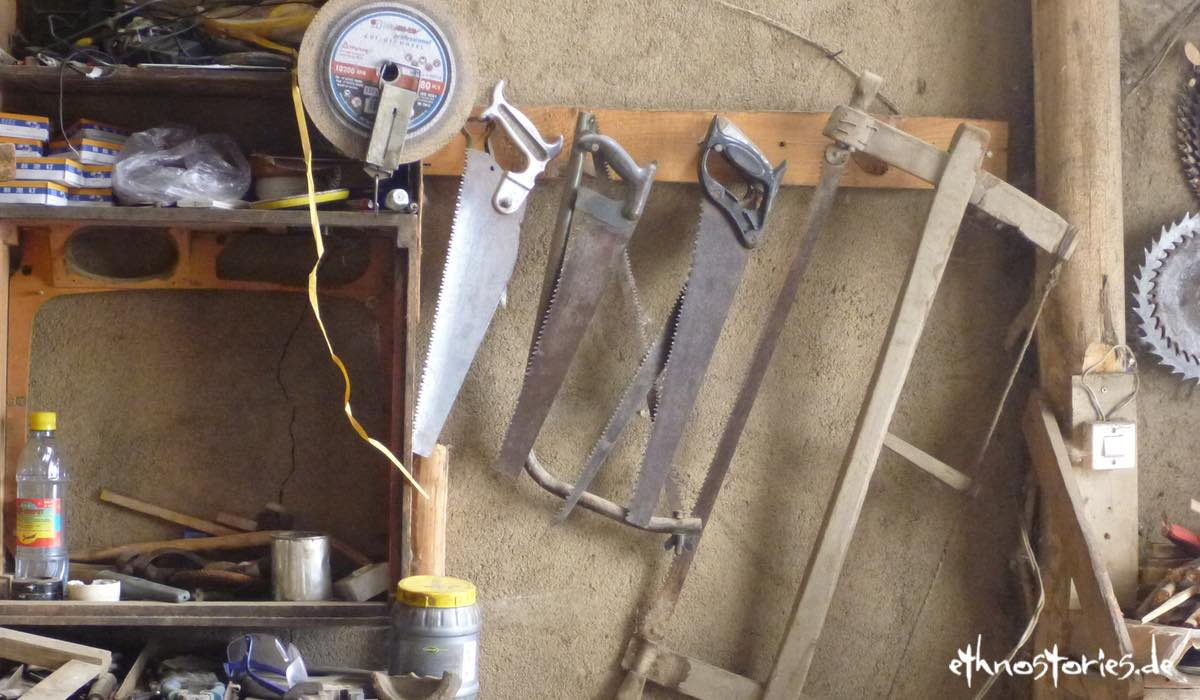 Blick in eine Werkstatt, Sägen hängen an der Wand, Beitragsbild: Ins Tun kommen - Werkzeuge